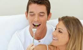 أهم الأطعمة التي تقوي العلاقة الحميمة والتي تؤثر سلباً عليها